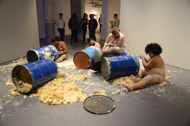 Performance de Miro Spinelli com convidades na 2ª edição de Frestas - Trienal de Artes do Sesc Sorocaba. O artista não foi enquadrado no Queermuseu. Foto: Fábio Rogério